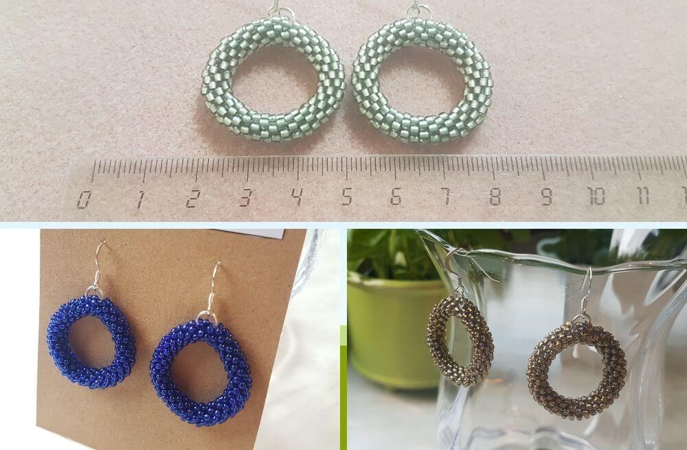 Kolmet helmivirkatut korvakorut: hopeiset, siniset ja kultaiset. Viivoitin kuvassa tuo ilmi, että halkaisija on noin 3 cm.