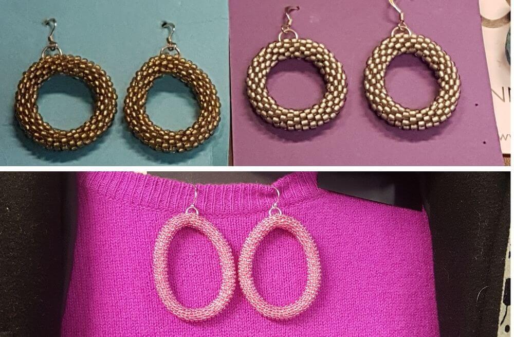Kuvassa kultaiset ja hopeiset pienet helmivirkatut korvarenkaat ja pinkit isot korvarenkaat.